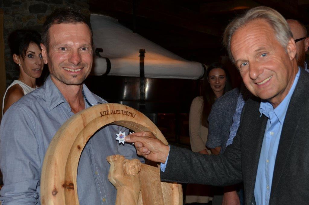 Peter Wöll klebt den dritten Stern auf die KITZ ALPS TROPHY – TROPHÄE